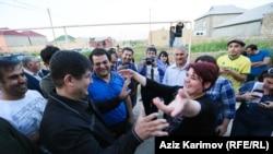 Люди зустрічають звільнену з в'язниці Хадіджу Ісмаїлову