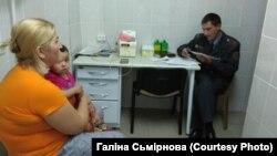 Падпалкоўнік Сяргей Рудзько складае пратакол у дзіцячым шпіталі