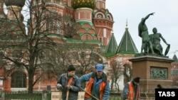 Кремлдин маңдайында иштеген мигранттар да айлыксыз калышы мүмкүн...