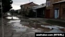 Разрушительный ураган, обрушившийся 27 апреля на территорию Лебапского и Марыйского велаятов привел к многочисленным человеческим жертвам, разрушениям зданий и инфраструктуры.