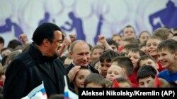 Vladimir Putin (soldan ikinci) və Steven Seagal Moskvada, arxiv fotosu