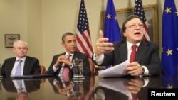 Çepden saga: Ýewropa Geňeşiniň prezidenti Herman Wan Rompuý, Birleşen Ştatlaryň prezidenti Barak Obama we Ýewropa Komissiýasynyň prezidenti Jose Manuel Barroso Ak Tamda özara maslahatda. Waşington, 28-nji noýabr, 2011.