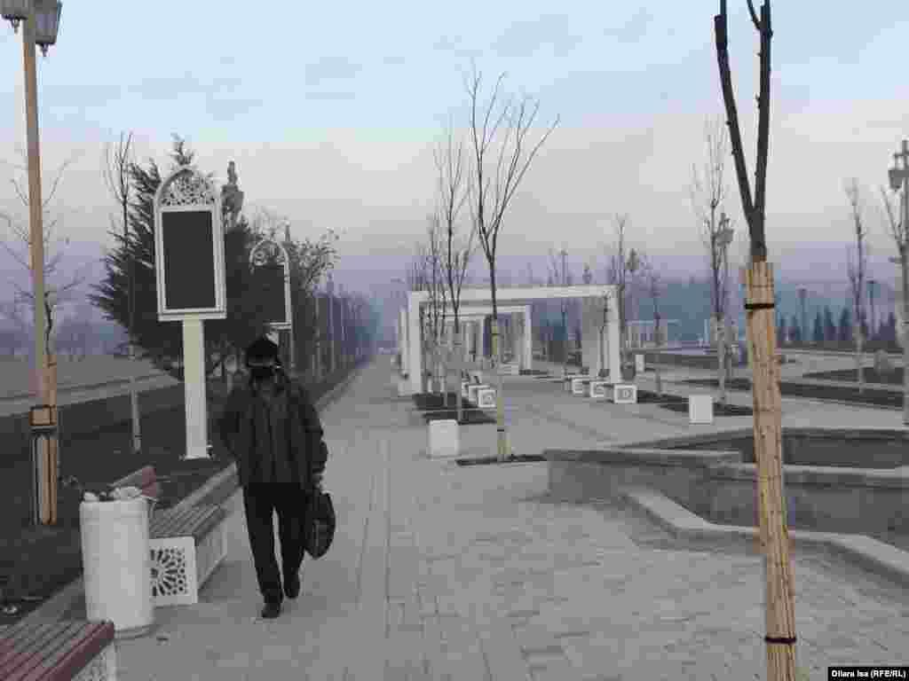 Кейбір тұрғындар түтіннен бетперде киіп, қорғанады. Түркістан қаласы, 22 қараша 2019 жыл.