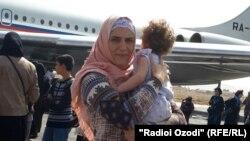 Йеменнен адамдарды алып шығуға барған Ресей ұшағы жанында бала көтеріп тұрған әйел. 7 сәуір 2015 жыл.