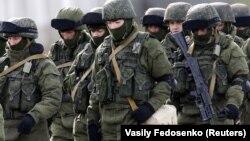 Предположительно, российские солдаты у украинской военной базы в Крыму, 2014 г.