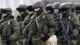 """Forțele speciale ruse, așa-numiții """"mici oameni verzi"""", la o bază din apropiere de satul Perevalnoie, la periferia Simferopolului, 6 martie 2014"""