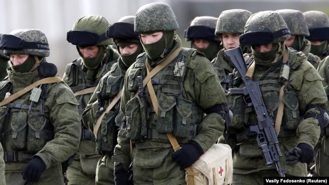 Российские военнослужащие в поселке Перевальное под Симферополем, март 2014 года
