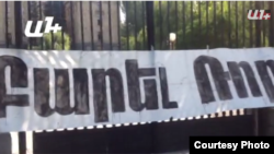 Ազգային ժողովի շենքի դիմաց լրագրողի մասնագիտական գործունեությունը խոչընդոտելու պատճառ դարձած պաստառը