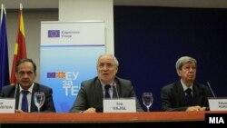Европратениците Иво Вајлг, Кнут Флекенштајн и Едуард Кукан на прес конференција во Скопје.