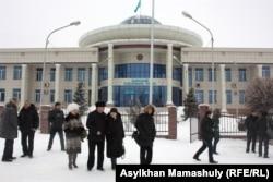 В ожидании начала суда по делу об убийстве Алтынбека Сарсенбаева. Каскелен, 31 января 2014 года.