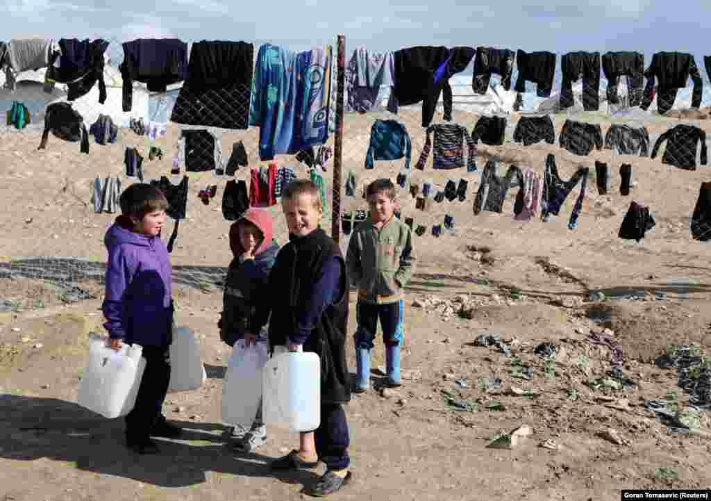 Дети с канистрами для воды в лагере аль-Холь.