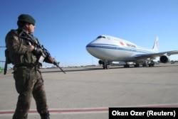 Самолет Си Цзиньпина приземлился в Турции. 2015 год.