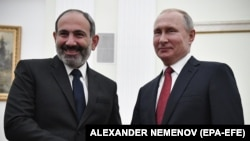 Президент России Владимир Путин (справа) и исполняющий обязанности премьер-министра Армении Никол Пашинян. Москва, 27 декабря 2018 года.