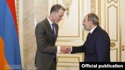 Премьер-министр Армении Никол Пашинян (справа) и директор исполнительного совета Международного валютного фонда Ричард Дорнбош, Ереван, 25 февраля 2019 г.