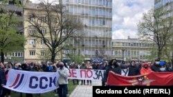 """Nezadovoljni radnici železnice ispred poslovne zgrade """"Železnica Srbije"""", Beograd, 15. april 2021."""