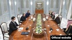 Ўзбекистон президенти Ш. Мирзиёевнинг Саудия Арабистони делегацияси билан учрашуви, Тошкент, 2021 йил 25 январи (president.uz сайти фотосурати)