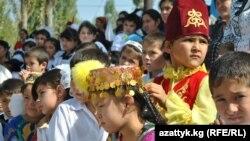 Кыргыз-тажик чек арасындагы айылдын балдары