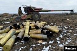 Українські артилеристи на позиціях у Донецькій області. Лютий 2015 року