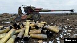Украинский солдат стоит у пушки. Донецкая область, 20 февраля 2015 года.