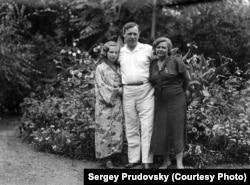 Степан Кузнецов с дочерью Марией и женой Елизаветой Андреевной. Харбин, 1930