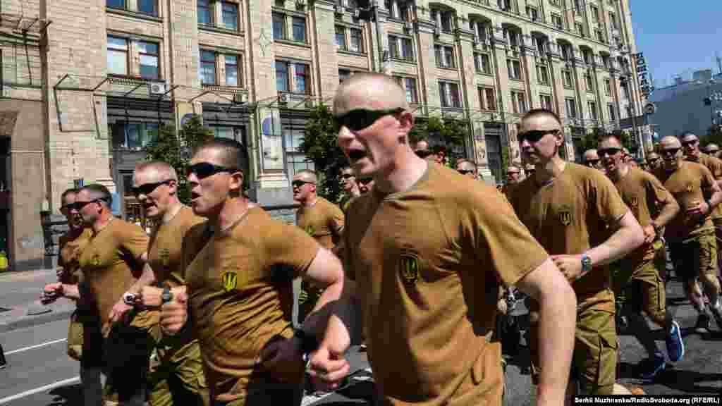 Щобпідтримати дитячі серця, в забігу взяли участь 130 бійців Національної гвардії України