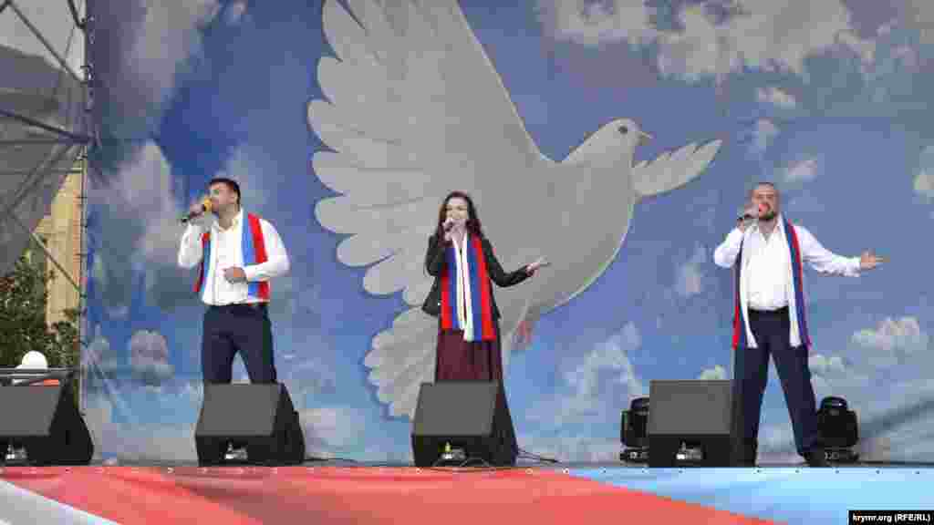 После этого участники флешмоба переместились к сцене на набережной, где для гостей выступали ялтинские творческие коллективы
