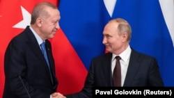 Президенты России и Турции - Владимир Путин (справа) и Реджеп Тайип Эрдоган