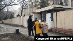 Правозащитники у здания ГКНБ.
