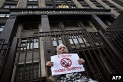 Правозащитница Людмила Алексеева на акции протеста против закона об НКО у здания нынешней Госдумы РФ, май 2015 года
