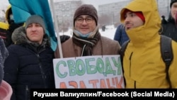 Раушан Вәлиуллин (уртада) 23 гыйнварда күтәреп чыккан плакаты белән