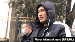 Мунарбек Сайпидинов перед входом в здание суда. 13 января 2021 года.