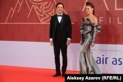 На красной дорожке актеры Санжар Мадиев и Асель Сагатова. Алматы, 15 сентября 2018 года.