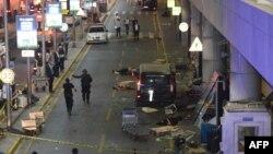 Раненые лежат на земле у входа в терминал