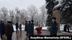 У памятника Кунаеву в Алматы. 12 января 2019 года.