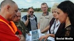 Юлия Файзрахманова (крайняя справа), чиновник Минэкологии и защитники Волги.