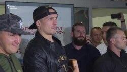 Чемпіон Усик у Києві: українці зустріли боксера в аеропорту – відео