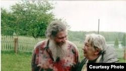 Марина Салье (справа) с отцом Георгием, 2002 г.