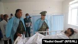 فرد ملکی که در اثر درگیری میان نیروهای مرزی تاجیکستان و قرغیزستان زخمی شده در شفاخانه شهر ایسفرا برای درمان منتقل شده است