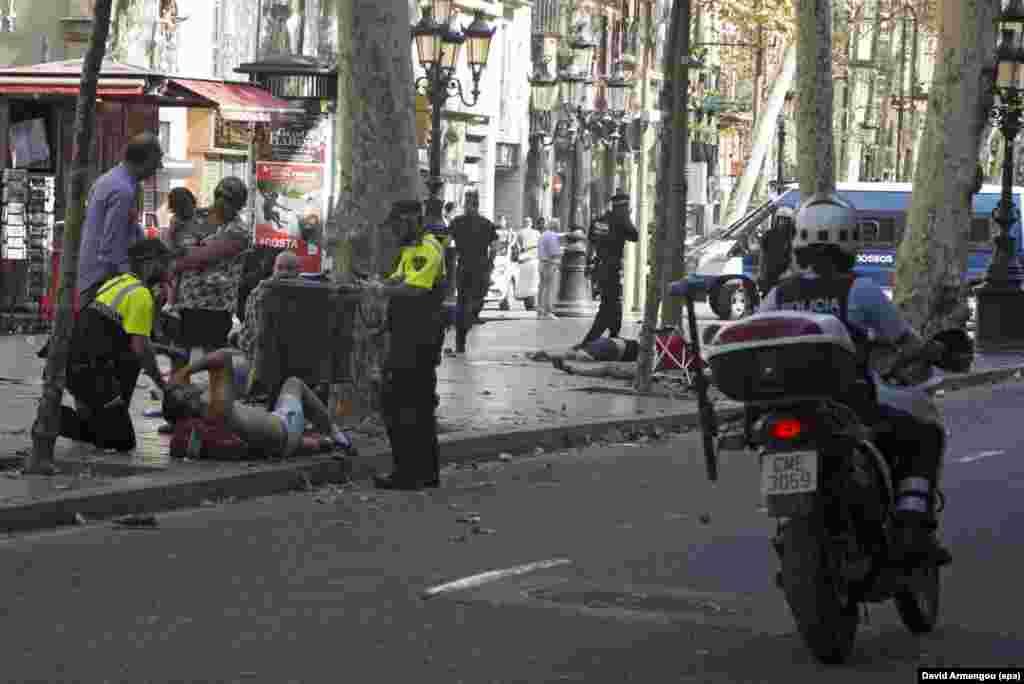 Водитель, управлявший минивэном, который врезался в прохожих на центральном бульваре Барселоны, в розыске.