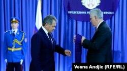 Presidenti i Serbisë dekoron ministrin rus të Mbrojtjes. Beograd, 13 nëntor, 2013.