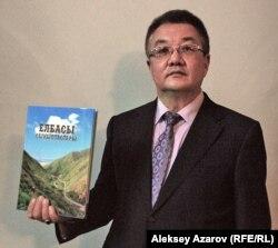 Канат Мусагулов, заместитель председателя республиканского движения «Акорда», советник секретаря партии «Нур Отан», показывает книгу про Назарбаева.