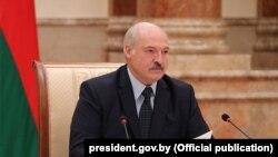 Президент Білорусі Олександр Лукашенко не їде до Польщі слідом за російським лідером Володимиром Путіним, якого туди не запросили
