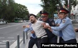Полиция белсенді Димар Әлжановты әкетіп барады. Алматы, 12 маусым 2019 жыл.