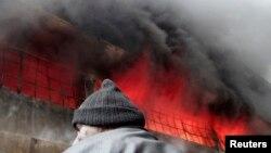 حريق في مصنع بمنطقة الحيدرية بمدينة حلب السورية إثر قصف من قوات موالية للرئيس السوري بشار الأسد، بحسب ناشطين.