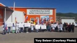 Акция в поддержку бизнесмена Вадима Ванеева состоялась у построенного им в Цхинвале мясоперерабатывающего завода «Растдон»