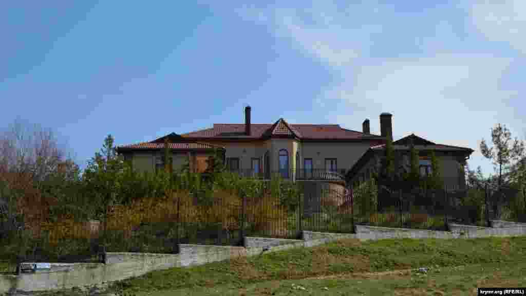 На новых участках выстроены другие дома