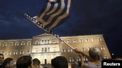 Protest în faţa Parlamentului de la Atena.