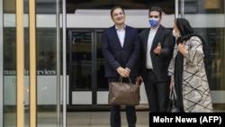 Majid Taheri (solda) aeroportda həyat yoldaşı və XİN rəsmisi tərəfindən qarşılanır