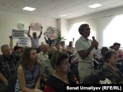 Правозащитник Булат Бисенгалиев задает вопрос во время общественных слушаний на тему повышения цен за свет. Уральск, 13 августа 2015 года.