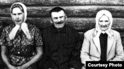 Сястра Васіля Быкава Валянціна, бацька Ўладзімір Фёдаравіч і маці Ганна Рыгораўна